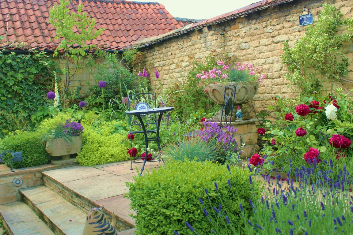 A small courtyard garden hill fort for Small french courtyard gardens